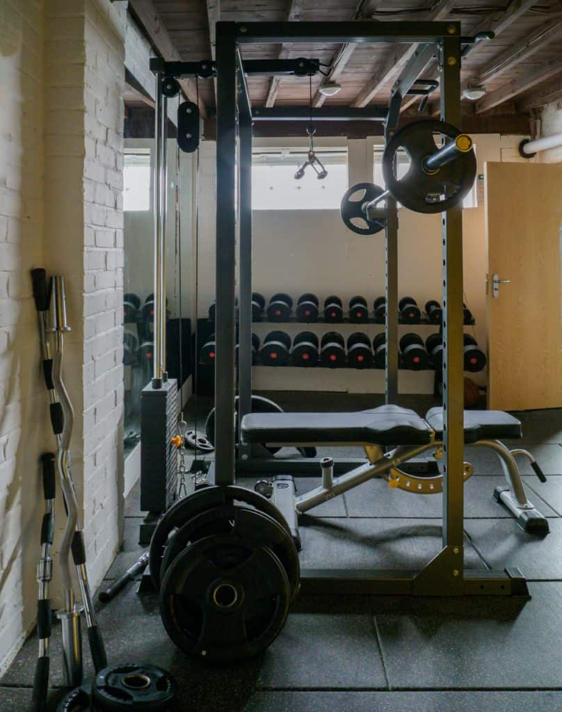 Exercise Machines Or Free Weights: Which Is Better?